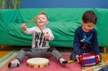 Als een echte drummer bij kinderdagverblijf Up Kinderopvang aan Beetslaan Rijswijk