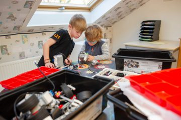 Bezig met techniek bij buitenschoolse opvang - Up Kinderopvang aan de Willem van Rijswijckstraat in Rijswijk