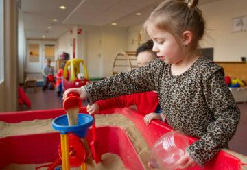 Binnen lekker spelen met zand bij kinderdagverblijf - Up Kinderopvang aan de P. van Vlietlaan in Rijswijk