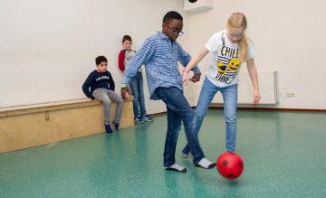 Binnen voetballen bij buitenschoolse opvang - Up Kinderopvang aan ILSY-plantsoen Den Haag Ypenburg