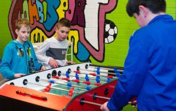 Binnen voetballen we ook bij buitenschoolse opvang - Up Kinderopvang aan de Brasserskade in Den Haag Ypenburg