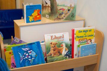 Boekjes kijken en lezen bij peuteropvang - Up Kinderopvang aan Böttgerwater - Den Haag Ypenburg