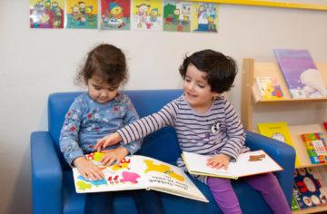 Boekjes lezen bij peuteropvang - Up Kinderopvang aan de Henri Dunantlaan in Rijswijk