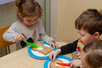 Boterhammen smeer je zelf bij kinderdagverblijf - Up Kinderopvang aan de Rijswijkse Landingslaan Den Haag Ypenburg