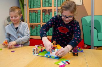 Bouwen in de gezellige huiskamer van buitenschoolse opvang - Up Kinderopvang aan ILSY-plantsoen Den Haag Ypenburg