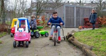 Buiten op de fiets bij peuteropvang - Up Kinderopvang aan Dr Poelslaan in Rijswijk