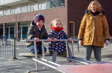 Buiten op de wipwap bij kinderdagverblijf - Up Kinderopvang aan de Steenuillaan in Den Haag Ypenburg