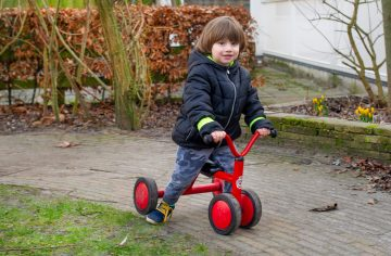 Buitenspelen bij kinderdagverblijf - Up Kinderopvang aan de P. van Vlietlaan in Rijswijk