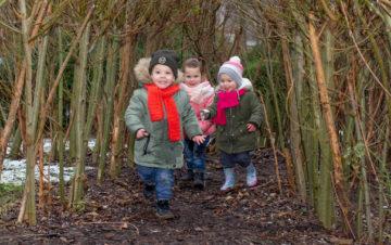 Buitenspelen in de tuin bij kinderdagverblijf - Up Kinderopvang aan de Labouchèrelaan in Rijswijk