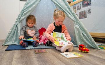 Chillen in de tent met een boekje bij kinderdagverblijf - Up Kinderopvang aan de Esdoornstraat Rijswijk