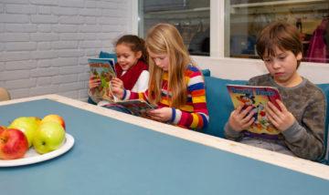 Chillen met een boek bij buitenschoolse opvang - Up Kinderopvang aan de P van Vlietlaan in Rijswijk
