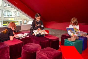 Chillen met een boek bij buitenschoolse opvang - Up Kinderopvang aan de Willem van Rijswijckstraat in Rijswijk
