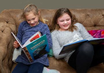 Chillen met een boek op de bank bij buitenschoolse opvang - Up Kinderopvang aan de Van Alkemadestraat in Delft