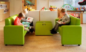 Chillen met een boek op de bank bij kinderdagverblijf - Up Kinderopvang aan de P. van Vlietlaan in Rijswijk