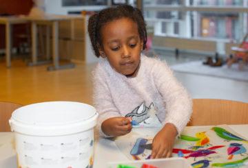 Creatief met klei bij buitenschoolse opvang - Up Kinderopvang aan de Steenuillaan in Den Haag Ypenburg