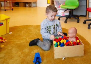 De pop gaat lekker in bad bij kinderdagverblijf - Up Kinderopvang aan de Steenuillaan in Den Haag Ypenburg