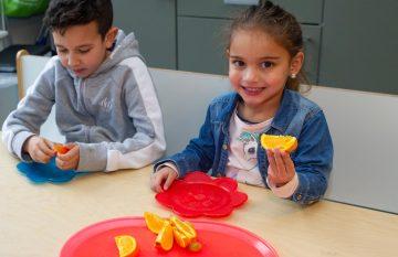 Fruit eten bij peuteropvang - Up Kinderopvang aan Dr Poelslaan in Rijswijk