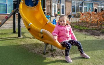 Glijden van de glijbaan bij kinderdagverblijf - Up Kinderopvang aan de Daniël Catterwijckstraat in Rijswijk