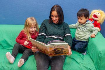 Grappige verhalen luisteren bij buitenschoolse opvang Up Kinderopvang aan de Beetslaan in Rijswijk
