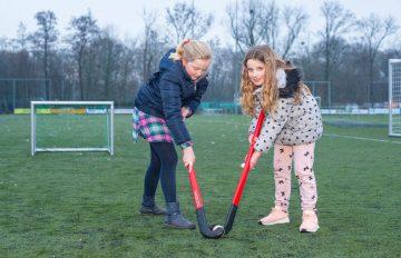 Hockeyen op de sportvelden voor de deur van buitenschoolse opvang - Up Kinderopvang aan de Brasserskade in Den Haag Ypenburg