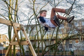Hoog in de schommel bij buitenschoolse opvang - Up Kinderopvang aan de Derde Werelddreef in Delft