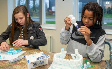 Iglo bouwen bij buitenschoolse opvang - Up Kinderopvang aan ILSY-plantsoen Den Haag Ypenburg