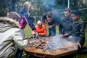 Kampvuur maken bij bso van Up Kinderopvang aan het Jaagpad in Rijswijk