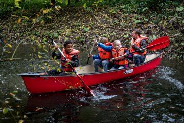 Samen in de kano de bso van Up Kinderopvang aan het Jaagpad in Rijswijk
