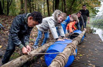 Zelf een vlot bouwen bij Up Kinderopvang aan het Jaagpad in Rijswijk