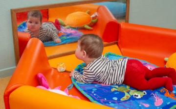 Jezelf ontdekken in de spiegel bij kinderdagverblijf - Up Kinderopvang aan Wethouder Fischerplantsoen in Den Haag Ypenburg