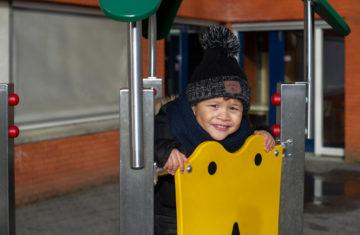 Klaar om van de glijbaan te gaan bij kinderdagverblijf - Up Kinderopvang aan de Steenuillaan in Den Haag Ypenburg