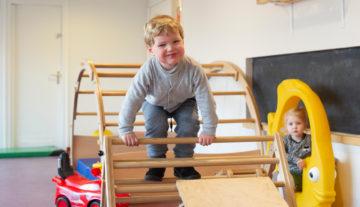 Klimmen in de gymzaal bij kinderdagverblijf - Up Kinderopvang aan de P. van Vlietlaan in Rijswijk
