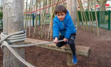 Klimmen in de tuin van buitenschoolse opvang - Up Kinderopvang aan de Van Alkemadestraat in Delft
