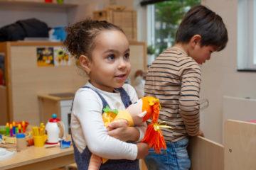 Knuffelen met je pop bij kinderdagverblijf - Up Kinderopvang aan de Willem van Rijswijckstraat in Rijswijk