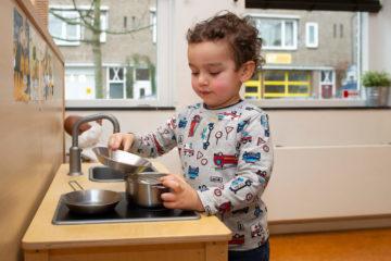Koken met potten en pannen bij kinderdagverblijf - Up Kinderopvang aan de Willem van Rijswijckstraat in Rijswijk