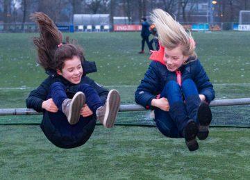 Koprollen aan het rek bij buitenschoolse opvang - Up Kinderopvang aan de Brasserskade in Den Haag Ypenburg