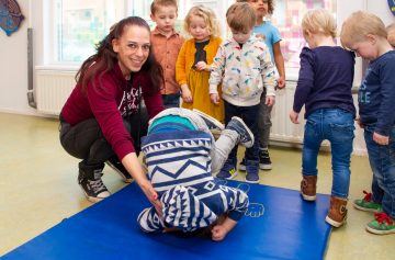 Koprollen op de mat bij kinderdagverblijf - Up Kinderopvang aan de Daniël Catterwijckstraat in Rijswijk