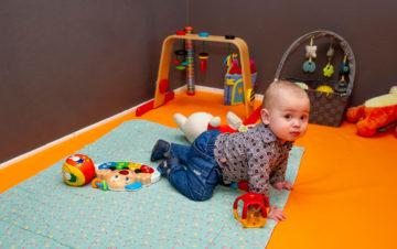 Kruipen de wereld ontdekken bij kinderdagverblijf - Up Kinderopvang aan de Daniël Catterwijckstraat in Rijswijk