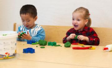 Kunstwerken van klein maken bij buitenschoolse opvang - Up Kinderopvang aan Laan van Hoornwijck In den Haag Ypenburg