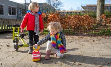 Lekker buitenspelen bij kinderdagverblijf - Up Kinderopvang aan de Daniël Catterwijckstraat in Rijswijk