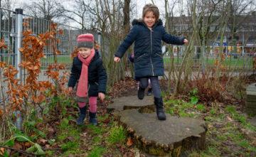 Lekker samen buitenspelen bij peuteropvang - Up Kinderopvang aan Dr Poelslaan in Rijswijk