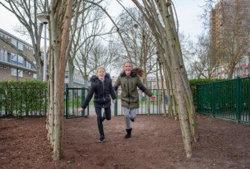 Lekker uitwaaien op het plein bij buitenschoolse opvang - Up Kinderopvang aan de Van Alkemadestraat in Delft