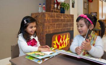 Lezen bij de open haard bij kinderdagverblijf - Up Kinderopvang aan de Labouchèrelaan in Rijswijk