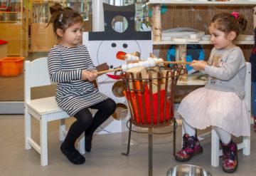 Marshmallows roosteren bij peuteropvang - Up Kinderopvang aan de P.C. Boutenslaan in Rijswijk