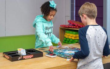 Met vrienden monopoly spelen bij buitenschoolse opvang - Up Kinderopvang aan de Derde Werelddreef in Delft