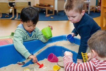 Ook binnen lekker spelen met zand bij kinderdagverblijf Up aan Beetslaan in Rijswijk