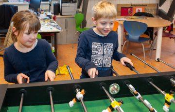 Partijtje voetbal bij buitenschoolse opvang - Up Kinderopvang aan Caspar Fagelstraat in Delft