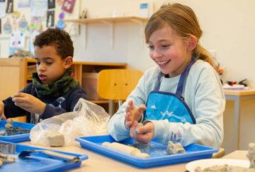 Plezier tijdens het kleien bij buitenschoolse opvang - Up Kinderopvang aan Laan van Hoornwijck In den Haag Ypenburg