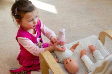 Poppen aankleden bij kinderdagverblijf - Up Kinderopvang aan de Labouchèrelaan in Rijswijk