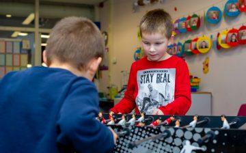 Potje tafelvoetballen bij buitenschoolse opvang - Up Kinderopvang aan de Derde Werelddreef in Delft